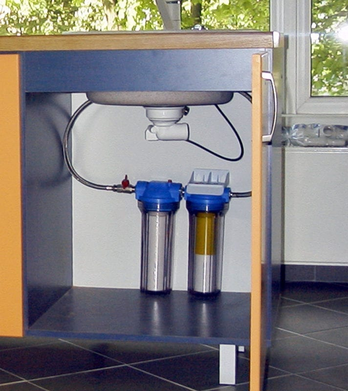 ūdens attīrīšana ar filtriem zem izlietnes