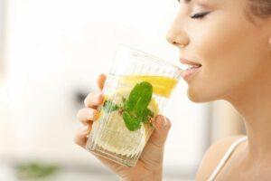 sieviete dzer tīru ūdeni